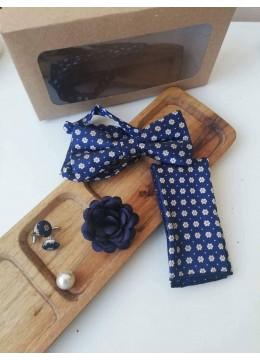 Модерен комплект за младоженец - папийонка, кърпичка, ръкавели с маргаритки и бутониера в синьо с подаръчна кутия