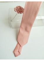 Тънка вратовръзка цвят праскова в комплект с бутониера за младоженец и кум