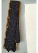 Елегантна вратовръзка за младоженец в тъмно синьо с флорални мотиви в бежово златно by Greda