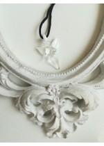 Подарък за шаферка ръчно изработен медальон ангелче цвят бяло