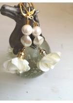 Обици за булка с цветя, Сваровски кристали и перли в слонова кост Ivory Lilly