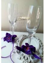Комплект сватбени чаши за шампанско с украса тъмно лилави орхидеи серия Purple Passion